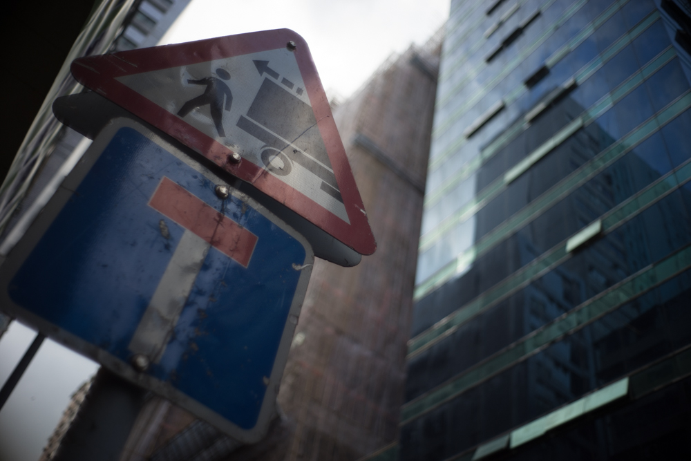 α7II + Summilux-M 35mmF1.4 絞り優先AE F1.4 1/1600秒 -0.7EV ISO100 AWB RAW 香港ならではの道路標識を見上げ、開放でピントを合わせる。滲みと周辺減光が合わさり、蒙昧でおもしろい絵が撮れた。